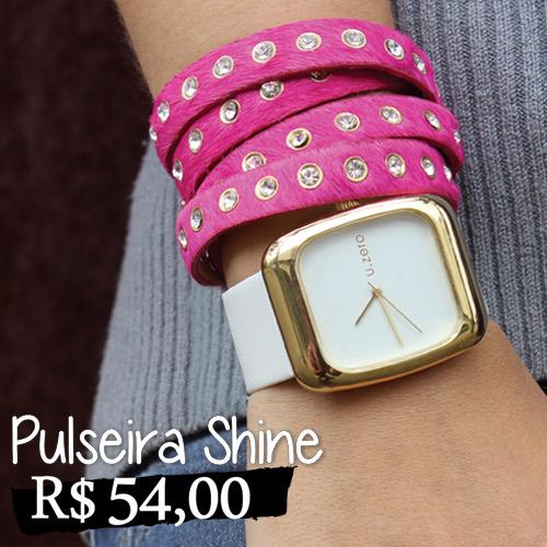 Pulseira Shine - Pulseira de couro sintético, com textura de pêlos rosa e rebites de strass. Fechamento em botão de pressão, com duas opções de ajuste de comprimento. Por seu comprimento alongado, deve ser utilizada dando duas voltas no pulso, aparentando que são duas pulseiras separadas. Comprimento 37cm e Largura 1,2cm.