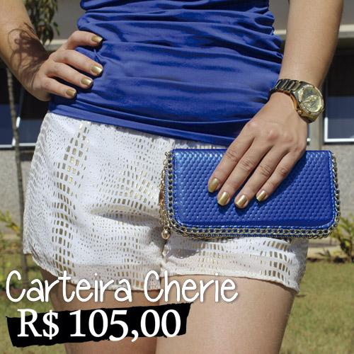 Carteira Cherie - Bolsa carteira de couro sintético metalizado e texturizado azul, com detalhes de correntes dourada bordadas na lateral. Fechamento com zíper. Cores fortes ascendem o visual. Aproveitem e abusem na estação.